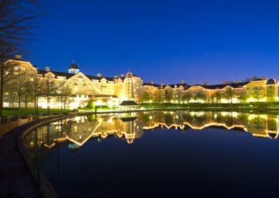 Vista Lago noche Hotel Disney Newport Bay Club Paris