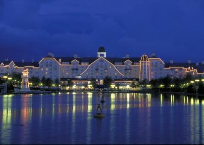 Exterior lago nocturno Hotel Disney Newport Bay Club Paris