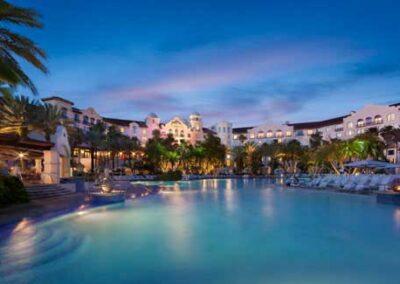 Hard Rock Hotel Universal Orlando zona de piscinas vista nocturna