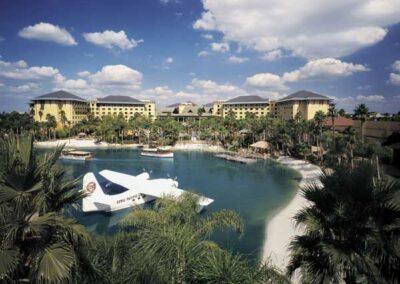 Royal Pacific Resort Universal Orlando zona del lago y playa con hidroavión